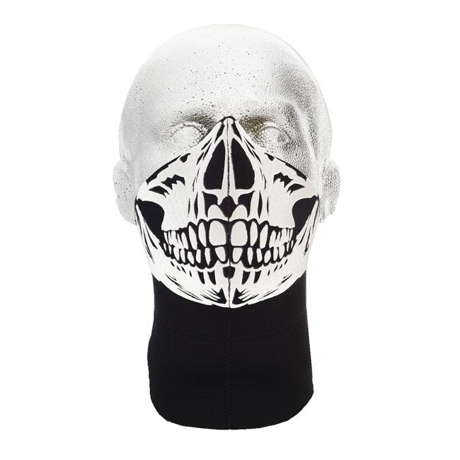 La máscara para la persona para el estrechamiento de los tiempos después de la limpieza de cutis