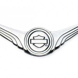 Medallón decorativo cromado logotipo Bar & Shield con alas